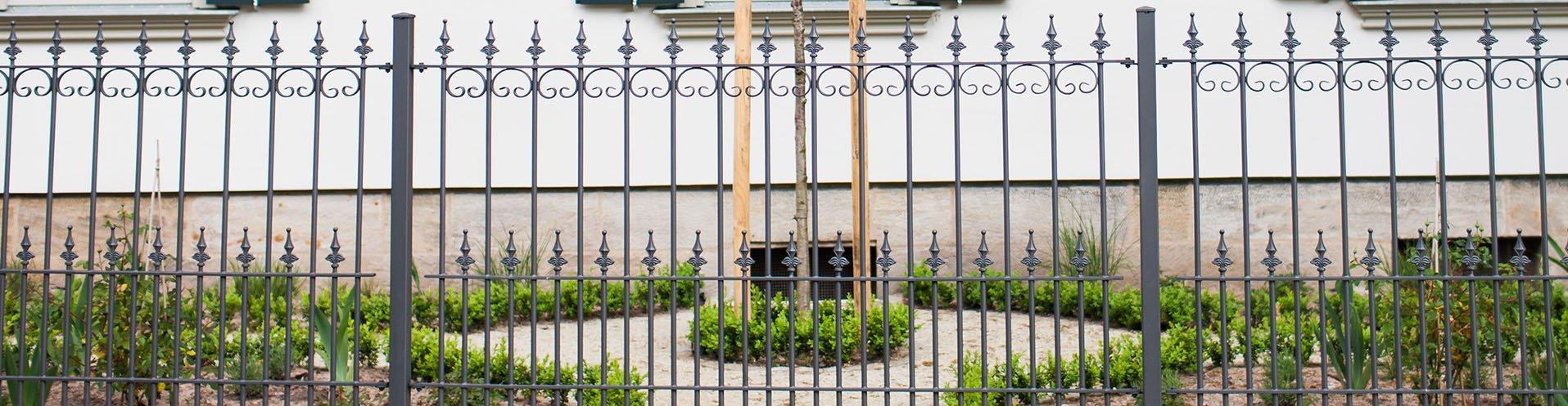 Antike schmiedeeiserne Zäune